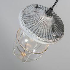 Lámpara colgante PORTO blanco envejecido - Lámpara de estilo naútico e industrial, en color óxido. Dispone de una rejilla que protege el cristal y cubre la bombilla de casquillo E14.