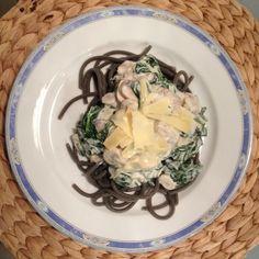 Włoska pasta z pieczarkami i szpinakiem w sosie śmietankowym, no i serek mniam!