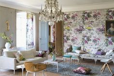 This room is so gorgeous. Vintage, chic, shabby all in one. And the floral wall paper is like the crème de la crème!