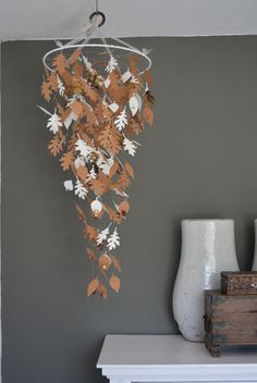 Nature inspired paper leaves mobile in Brown, Ivory and Vintage art book paper --- Natural themed nursery, autumn decor or on a boy's room door SierGoed op Etsy