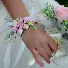 Svatební náramek Vintage Ghanaian Fashion, Polymer Clay Flowers, Wrist Corsage, African Dresses For Women, Ankara Fabric, Wedding Themes, Fashion Pictures, Wedding Accessories, Wedding Bouquets