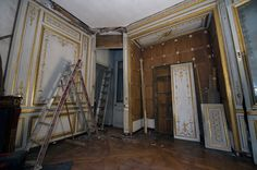 http://www.chateauversailles.fr/index.php?option=com_cdvfiche  Démontage des boiseries au cabinet de la Méridienne