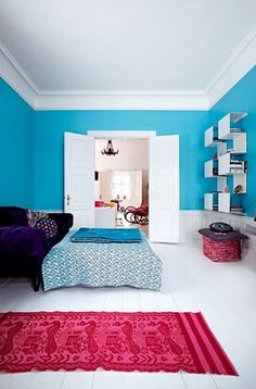 tuquoise bedroom with fuchsia rug