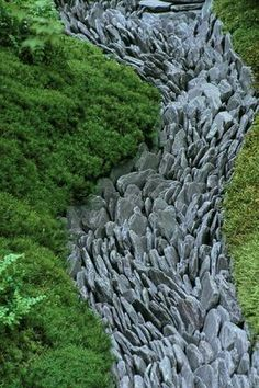 CHELSEA FLOWER SHOW 2004: JAPANESE GARDEN BY THE JAPANESE GARDEN SOCIETY. DRY STREAM OF WELSH SLATE PADDLE STONES SURROUNDED BY MOSS  clivenichols.com