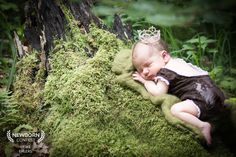 Newborn Fotoshooting im Wald- Papa ist unsichtbar direkt nebenbei