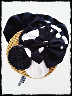 Tocado Diadema sin forrar  en tonos negros y blancos con detalle de rafia de inspiración vintage. Pieza única, hecha a mano.