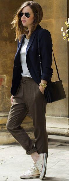 Femme décontractée chic, lunettes de soleil, veste tee-shirt, sac à main en cuir noir, Blazer and sneakers look so well here