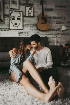 pareja en el piso con guitarra