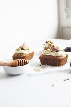 mini spiced banana loaves with vegan cream cheese frosting, figs, pistachios and a drizzle of maple syrup | @smallbatchmelbourne ♥