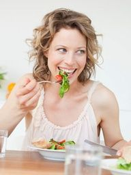 7 Foods That Fight Inflammation Eat to Beat Inflammation-Do you have stiff, inflamed joints? The answer may involve your diet. Discover which foods to eat (and which to avoid) to reduce RA symptoms and inflammation. Health And Nutrition, Health And Wellness, Holistic Nutrition, Health Care, 13 Day Diet Plan, Rheumatoid Arthritis Diet, Hypothyroidism Diet, Fast Food, Anti Inflammatory Recipes