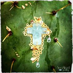 SALE Statement aquamarina cross 18carats lacy golden frame