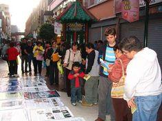 20/07/2008: Otra actividad en la calle Capón. Los peatones se detenían para conocer la verdad.
