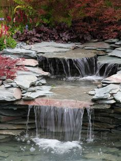 Origineller Bachlauf aus dünnen Steinplatten mit Wasserfällen