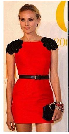 Vestido vermelho curto. Ombros bordados!