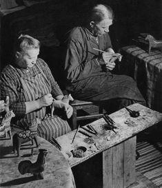 """Karin Nisser - Dalahästen - en kulturskatt. Karin """"Mor Nisser"""" och Lars Nisser. Karin Nisser """"Mor Nisser"""" (1883–1947) var dotterdotter till Vik Olof Hansson, Bergkarlås.  År 1902 gifte hon sig med Lars Nisser (1875–1948)"""