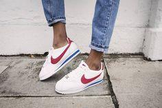 O Nike Cortez, lançado em 1972, foi imortalizado por Farrah Fawcett e pelo personagem de Tom Hanks em Forrest Gump. E, agora, tem feito sucesso entre as fashionistas. Será ele o próximo Stan Smith? Nike Cortez, launched in 1972, was immortalized by Farrah Fawcett and Tom Hanks' character in Forrest Gump. And, now, it is... Nike Classic Cortez, Nike Cortez Bleu, Cute Shoes, Me Too Shoes, Tenis Casual, Grunge Look, Mode Inspiration, Nike Sneakers, Sport Outfits