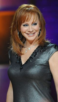 Reba Nell McEntire (born March is an American country music singer, songwriter and actress. Country Female Singers, Country Music Artists, Reba Mcentire, Celebs, Celebrities, Timeless Beauty, Bob Hairstyles, Lady, Her Hair