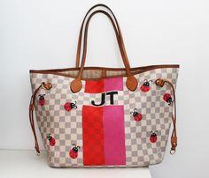 E o que Joanna quer? Joanna quer joaninhas, claro!😉 Pode ser mais fofo? Sinceramente, uma bolsa fácil de fazer, e com um resultado super bacana… Adorei o mix de cores também, rosa + vermelho. Você gostou?