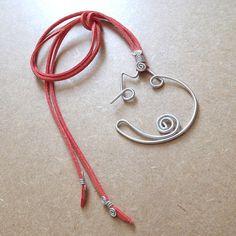 gato haroldo - colar com pingente de gato em fio de alumínio com cordão de camurça sintética