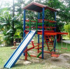 Parquinho de jardim com balanço, gangorra, escorregador e escada