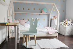 łóżko domek, krzesełko królik, krzesełka dla dzieci, drewniane króliki, drewniane krzesła, krzesła scandi, skandynawskie, biurko ,dla dzieci, biurko drewniane, półka ikea, , łóżko domek, domek do spania, łóżeczko domek, skandynawskie wnętrza, pokój dziewczynki, inspiracje, girls room, housebed, house bed, szara ściana, szara sypialnia, drewniane oczka, zamknięte oczka, naklejki dekoracyjne ,metamorfoza pokoju dziecięcego, jak urządzić pokój dziecka, pokój dziecka inspiracje, pokój…