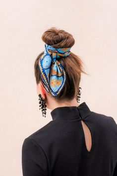 Vintage Vera Neumann Pop Florals Scarf worn around a bun! Vintage Vera Neumann Pop Florals Scarf worn around a bun! Side Bangs Hairstyles, Haircuts For Curly Hair, Hairstyles For Round Faces, Short Curly Hair, Scarf Hairstyles, Braided Hairstyles, Curly Hair Styles, Short Wavy, Trendy Hairstyles