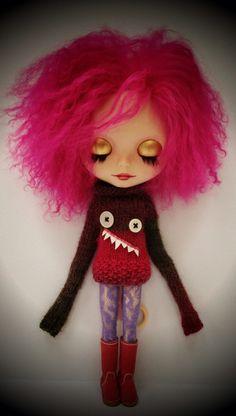 esta sou eu, no dia que ficar rica vendendo livros. serei uma escritora loucamente original. Monster sweater dress for Blythe by jollypolly