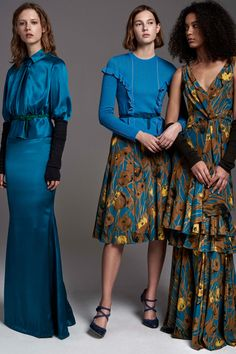See the complete Carolina Herrera Pre-Fall 2017 collection.