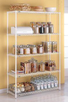 Las estanterías metálicas también aportan espacio para frascos y canastos.  Imagen de HGTV