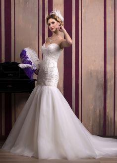 Krásne svadobné šaty v štýle morská panna s tylovou sukňou s dlhou vlečkou zdobené nášivkami