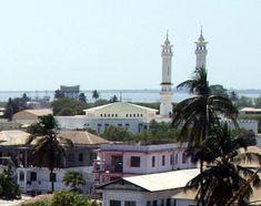 Banjul, capital de Gambia, Africa. Se encuentra en la Isla St. Mary (Isla de Banjul), donde el río Gambia desemboca en el océano Atlántico. La isla está conectada al continente por transbordadores de pasajeros y vehículos (hacia el norte) y por varios puentes (al sur).