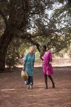 Gudrun Sjödéns Sommerkollektion 2015 - Links: Türkisfarbenes Kleid mit Stickereien über der bestickten Hose. Rechts: Besticktes cerisefarbenes Kleid, dazu die passenden Ledersandalen.