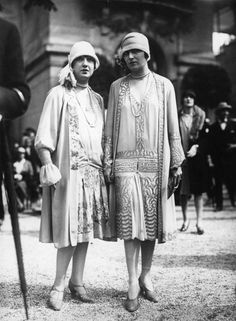 Worst Fashion Trends of Every Decade Unless you're going for the look of an overgrown infant, this hat trend is better left for newborn babies.Unless you're going for the look of an overgrown infant, this hat trend is better left for newborn babies. 1920 Style, Style Année 20, Flapper Style, Flapper Girls, Bad Fashion, Retro Fashion, Vintage Fashion, Womens Fashion, Fashion Trends