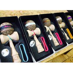 藝術與劍玉的結合,激盪出創作新火花!作者:Masako Hosoi作法:電燒︱アートとけん玉の組み合わせによって、新しいアイディアのスパークをもたらしました!作者:ほそいまさこ作法:はんだごて手焼き︱Combination of art and kendama, kindled the spark of creativity!Artist:Masako Hosoi Method:Internal Heating Electric Solder Wooden Toys, Gallery, Kids, Te Quiero, Wooden Toy Plans, Young Children, Wood Toys, Boys, Roof Rack