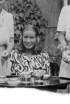 Long live little edie! daughter of a BPD/NPD mother. Summer Edie at a tea party for the L. Edie Bouvier Beale, Edie Beale, Grey Gardens House, Gray Gardens, All About Me Art, Mystery Of History, People Of Interest, East Hampton, Jackie Kennedy