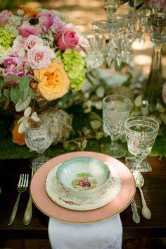 déco de table pour mariage - bouquet de roses et hortensias, anémones et roses, chemin de table aspect gazon et assiettes à motifs floraux