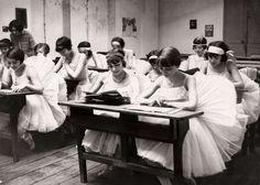Dans, ballet, balletscholen. Een speciale school voor danseressen van het corps de ballet. te Parijs voor de grote opera Academie Nationale de Musique et de Dance. Frankrijk, Parijs, 1928.