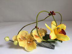 Orchidée jaune sur pierre pour columbarium