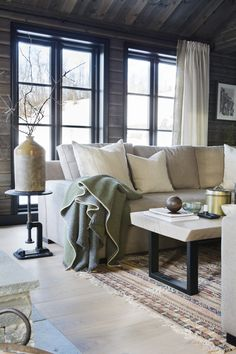 Fantastic cabin from @ mondointerior. Love the coffeetable Interior Design Living Room, Living Room Decor, Log Home Interiors, Rustic Room, Kabine, Home And Living, Decoration, Family Room, Relax