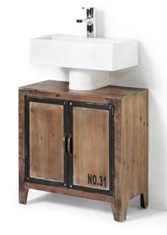 Bekijk nu:Wastafelkast in kofferstijl met 2deuren met daarachter een groot, open vak. De randen van de deuren zijn afgewerkt met mdf in metalen look. De snapsloten fungeren als greep. Wordt gemonteerd geleverd.