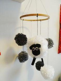 C'est en farfouillant le net pendant ma grossesse que l'idée du mobile pompon mouton est survenu dans ma petite tête ! évidemment j'avais le temps pour lui confectionner plein de jolies petites cho... Mobiles, Baby Crafts, Diy And Crafts, Diy For Kids, Crafts For Kids, Baby Deco, Ramadan Crafts, Diy Gifts, Creations