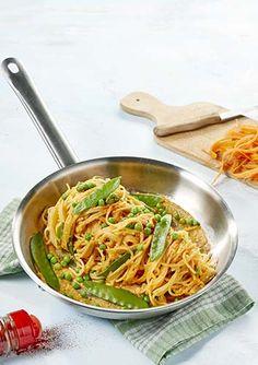 Glutenvrije pasta met groene groenten en wortelsaus en wortelburger