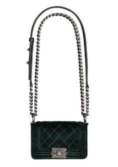 Sac Chanel vert boy velours http://www.vogue.fr/mode/shopping/diaporama/cadeaux-de-noel-feu-vert/10977/image/652984#sac-chanel-vert-boy-velours