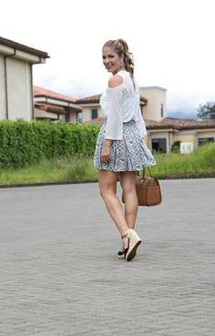 #FashionBySIMAN y Viviana Calderon Marquez: Los tonos azules siempre estarán de moda especialmente si se combinan con el blanco. Ideales para crear un look versátil. Puedes elegir estampados con patrones geométricos u otro que sea el centro de atención. Recuerda combinarlo con zapatos del mismo color para un look más armonioso.