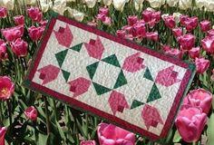 Ode ao tempo da tulipa um design original e gratuito acolchoado Tabela Topper Pattern por TK Harrison, Dono de BOMquilts.com