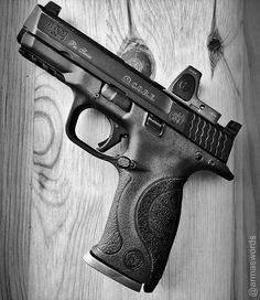 Manufacturer: Smith &Wesson Mod. M&P9 Pro Series Core Type - Tipo: Pistol Caliber - Calibre: 9 mm Capacity - Capacidade: 17 Rounds Barrel length - Comp.Cano: 4.25 Weight - Peso: 687...