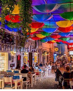 Alaçatı'da bir sokak... instagram da @sakinevotel 'in galerisine göz atın! Bu otelin paylaşımlarına bayılıyorum☺️  www.kucukoteller.com.tr/alacati-otelleri.html
