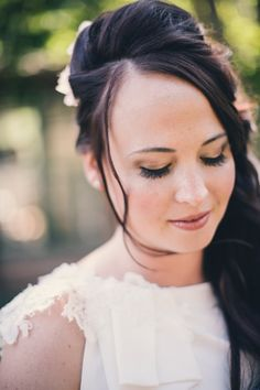 Metallic eye: http://www.stylemepretty.com/connecticut-weddings/deep-river/2015/03/26/bright-spring-botanical-wedding-at-the-lace-factory/ | Photography: Katie Slater - http://www.katieslaterphotography.com/