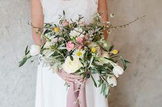 5 Ideen für eine Frühlingshochzeit   Hochzeitsblog The Little Wedding Corner #brautstrauß #bouquet #gelb #ranunkeln #rosa #brautstrauss #hochzeit #frühling Wreaths, Mai, Wedding, Decor, Bridal Bouquet Pink, Pink And Green, Mediterranean Wedding, Outdoor Wedding Seating, White Roses