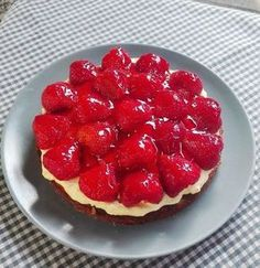 Amatørkokkens Cheesecake a la jordbærkage! Danish Cake, Danish Food, Baking Recipes, Cake Recipes, Dessert Recipes, Mini Chocolate Cake, Scandinavian Food, Cakes And More, Recipes